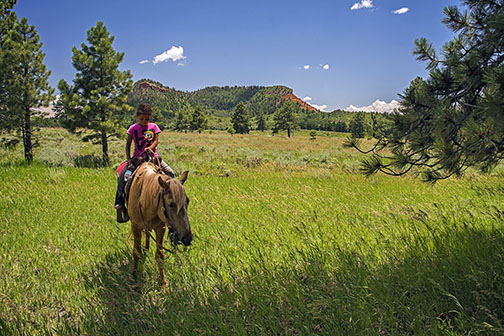 Girl on Horse at Bears Ears (derechos de autor Tim Peterson)